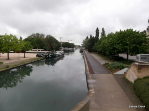 The public quay at Dijon is on the right, the pontoons are round the back of the island on the left.
