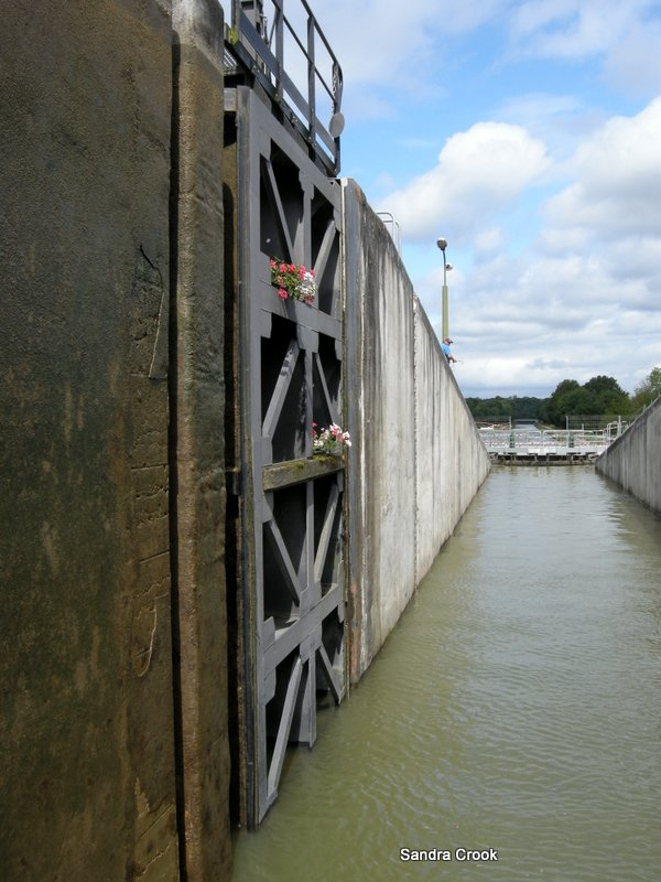 Entering Guetin lock, Lateral a la Loire
